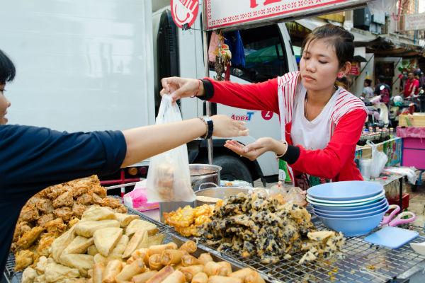 bangkok bang rak street food vendor