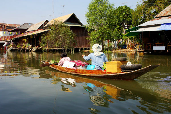 bangkok damnoen damnern saduak floating market vendor