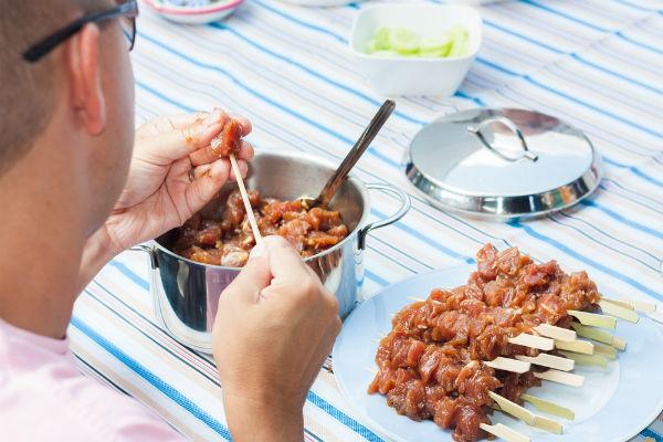 bangkok cookery school preparing satay pork skewers